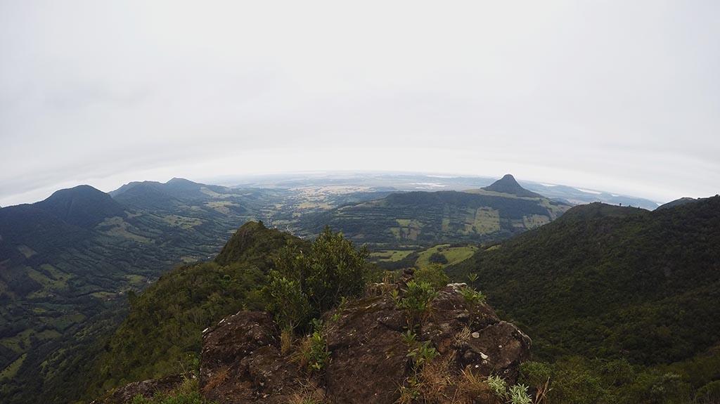 Morro do Forno visto do topo de uma serra