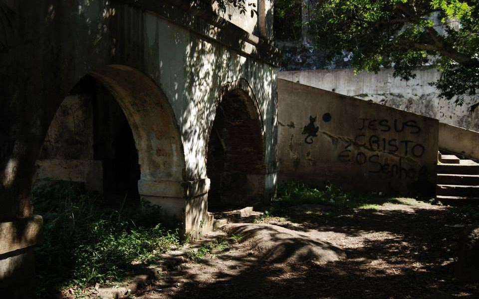 ruinas do presidio que ficava em porto alegre na ilha