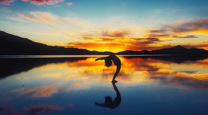 salar de uyuni refletindo a paisagem como um espelho